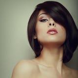 Mirada modelo femenina hermosa de fascinación Foto de archivo