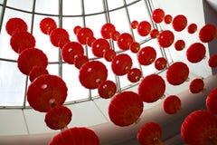 Mirada para arriba de las linternas chinas rojas que cuelgan en interior Fotos de archivo