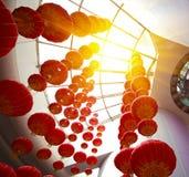 Mirada para arriba de las linternas chinas rojas que cuelgan en interior Fotos de archivo libres de regalías
