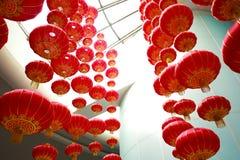 Mirada para arriba de las linternas chinas rojas que cuelgan en interior Fotografía de archivo