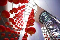 Mirada para arriba de las linternas chinas rojas que cuelgan en interior Fotografía de archivo libre de regalías