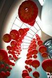 Mirada para arriba de las linternas chinas rojas que cuelgan en interior Imagen de archivo