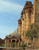 Mirada para arriba de las paredes del fuerte de Mehrangarh fotos de archivo