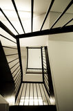 Mirada para arriba de una escalera espiral fotos de archivo