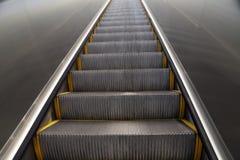 Mirada para arriba de una escalera móvil imagen de archivo libre de regalías