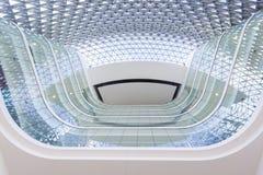 Mirada para arriba del pasillo de un edificio moderno fotos de archivo