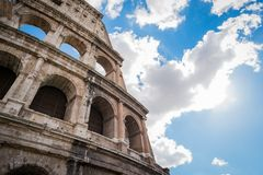 Mirada para arriba el coliseo en Roma Imagen de archivo