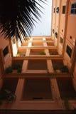 Mirada para arriba en patio Fotos de archivo libres de regalías