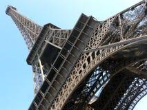 Mirada para arriba a la torre Eiffel Imágenes de archivo libres de regalías
