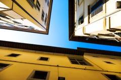 Mirada para arriba a las azoteas y al cielo Imagen de archivo