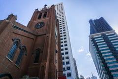Mirada para arriba a St Mary Cathedral en el distrito de Chinatown y rascacielos modernos en el fondo; viejo contra nuevo en San  fotografía de archivo