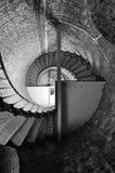 Mirada para arriba a través de pozo de escalera espiral fotos de archivo