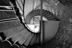 Mirada para arriba a través de pozo de escalera espiral fotografía de archivo