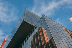 Mirada para arriba a un edificio moderno fotografía de archivo