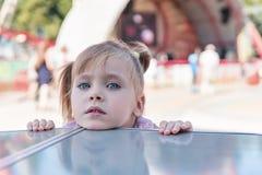 Mirada principal del niño fuera de la tabla Fotografía de archivo