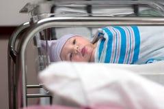 Mirada recién nacida alrededor en sitio de hospital Fotografía de archivo libre de regalías