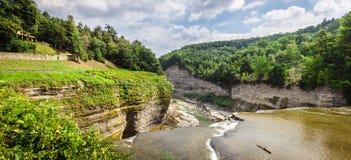 Mirada rio abajo de Genesee desde arriba de caídas medias Fotos de archivo