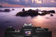 Mirada roja de la puesta del sol a través de la cámara del visor Foto de archivo libre de regalías