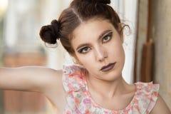 Mirada seria de la muchacha Imagen de archivo
