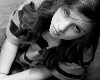 Mirada seria de la muchacha para arriba Imagenes de archivo