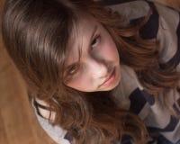 Mirada seria de la muchacha para arriba Imágenes de archivo libres de regalías