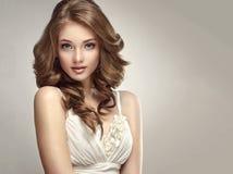 Mirada sincera y blanda de la mujer joven y magnífica Fotos de archivo libres de regalías