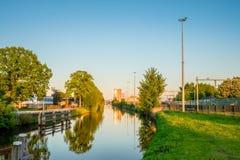 Mirada sobre el canal hacia la estación de tren central de Almelo Fotografía de archivo libre de regalías