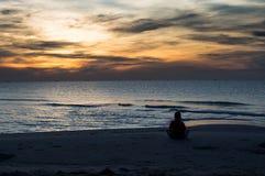 Mirada sola del muchacho en las subidas del sol Foto de archivo libre de regalías