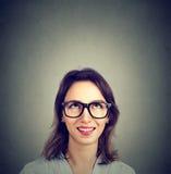 Mirada sonriente de la mujer pensativa atractiva para arriba Fotos de archivo libres de regalías