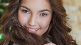 Mirada sonriente feliz de la chica joven lentamente metrajes
