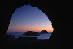Mirada a través de la cueva fotografía de archivo libre de regalías
