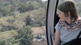 Mirada a través de la ventana en el cablecarril - Tbilisi, Georgia de la muchacha metrajes