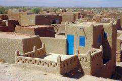 Mirada a través de las tapas de las casas de Agadez imagen de archivo