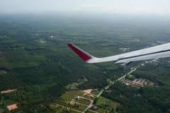 Mirada a través de los aviones de la ventana durante vuelo Fotografía de archivo