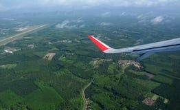 Mirada a través de los aviones de la ventana durante vuelo Imagen de archivo libre de regalías