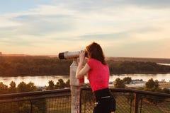 Mirada a través de los prismáticos de visita turístico de excursión Fotografía de archivo libre de regalías