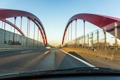 Mirada a través del frente arrojado de un coche a la carretera Fotos de archivo libres de regalías