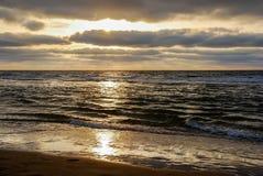 Mirada a través del mar de Wadden de Vlieland durante puesta del sol foto de archivo libre de regalías