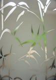 Mirada a través del modelo de bambú en ventana Imagen de archivo libre de regalías