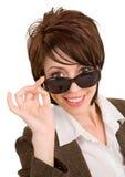 Mirada triguena hermosa sobre las gafas de sol Fotografía de archivo libre de regalías