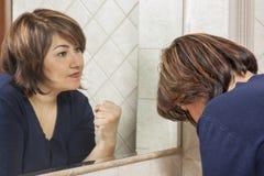 Mirada triste fuerte del espejo de la mujer