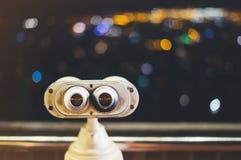 Mirada turística del telescopio en la ciudad con la vista de Barcelona España, cierre encima de los prismáticos viejos en punto d fotografía de archivo libre de regalías
