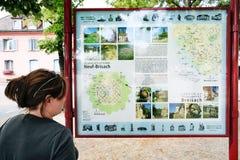 Mirada turística en el mapa de la ciudad de Neuf-Brisach Fotografía de archivo libre de regalías