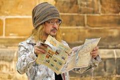 Mirada turística japonesa en un mapa fotos de archivo libres de regalías