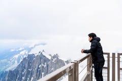 Mirada turística asiática en el macizo de Mont Blanc Fotos de archivo libres de regalías