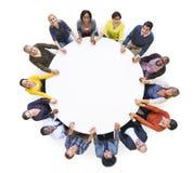 Mirada unida gente alegre multiétnica para arriba imágenes de archivo libres de regalías