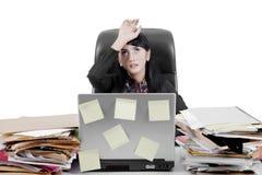 Miradas de la empresaria cansadas en estudio Foto de archivo libre de regalías