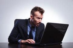 Miradas del hombre de negocios sorprendidas en el ordenador portátil Fotos de archivo libres de regalías