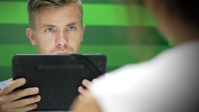 Miradas del hombre en la tableta y que son sorprendidas metrajes