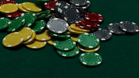 Miradas en las tarjetas, las apuestas todos los microprocesadores del casino y los juegos almacen de metraje de vídeo